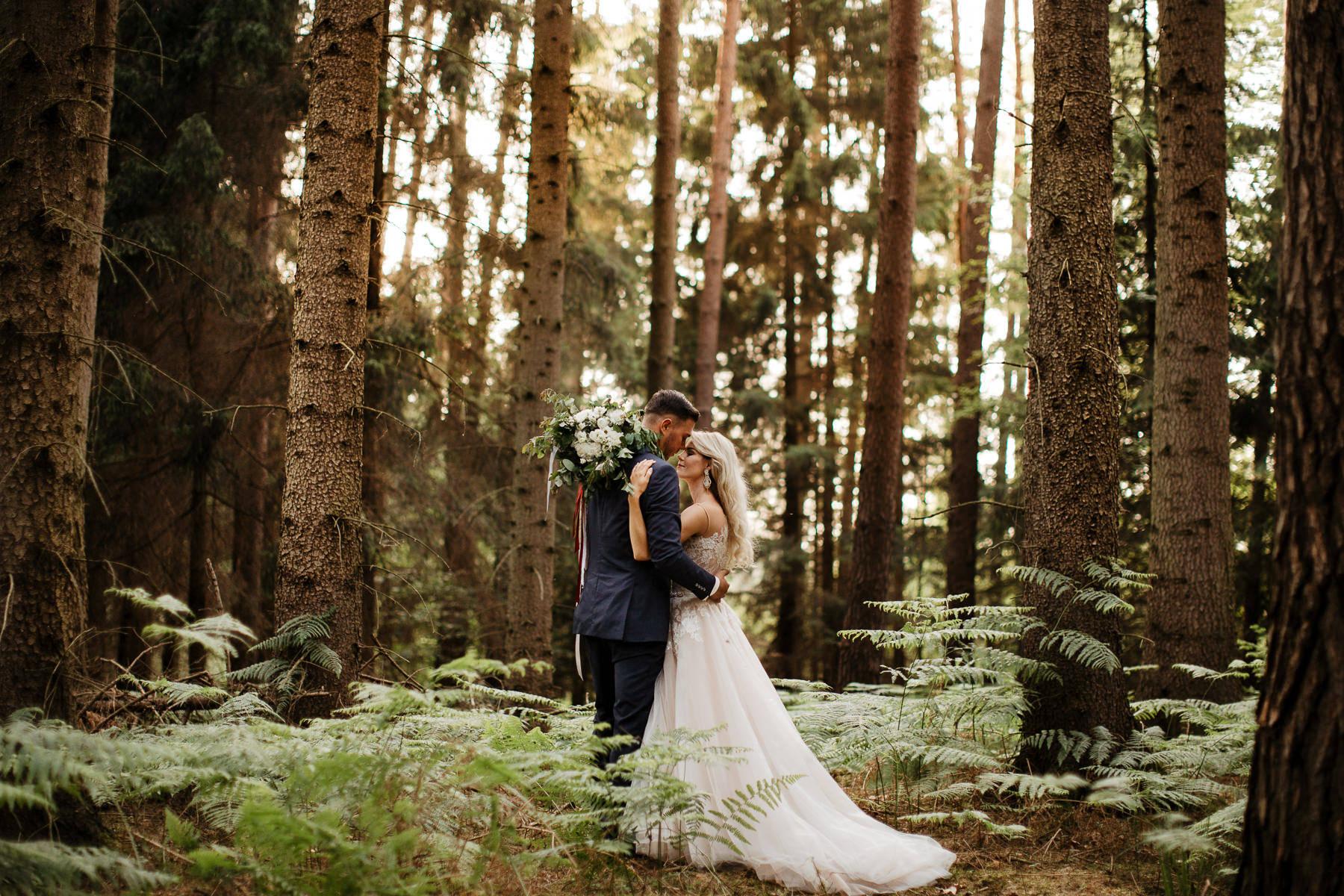 klimatyczna sesja ślubna w lesie