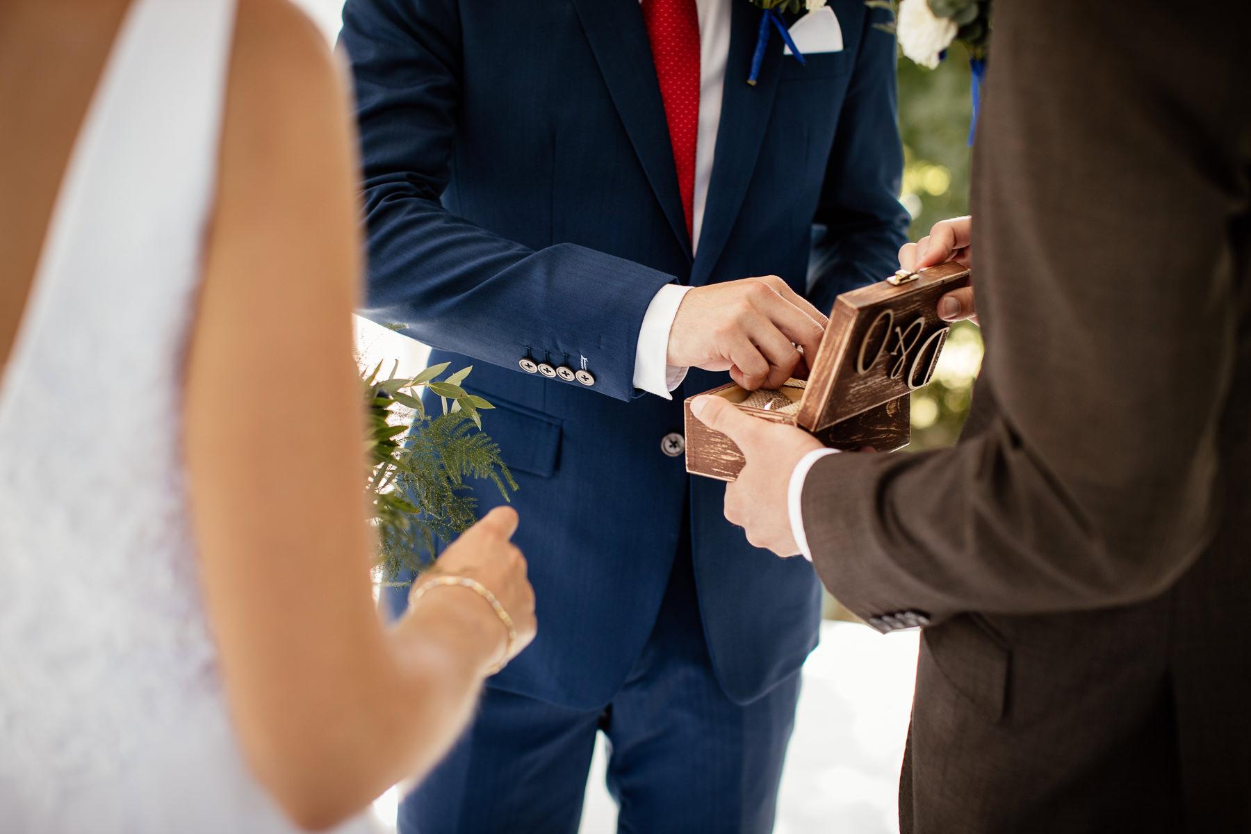 biała wstążka ceremonia ślubu