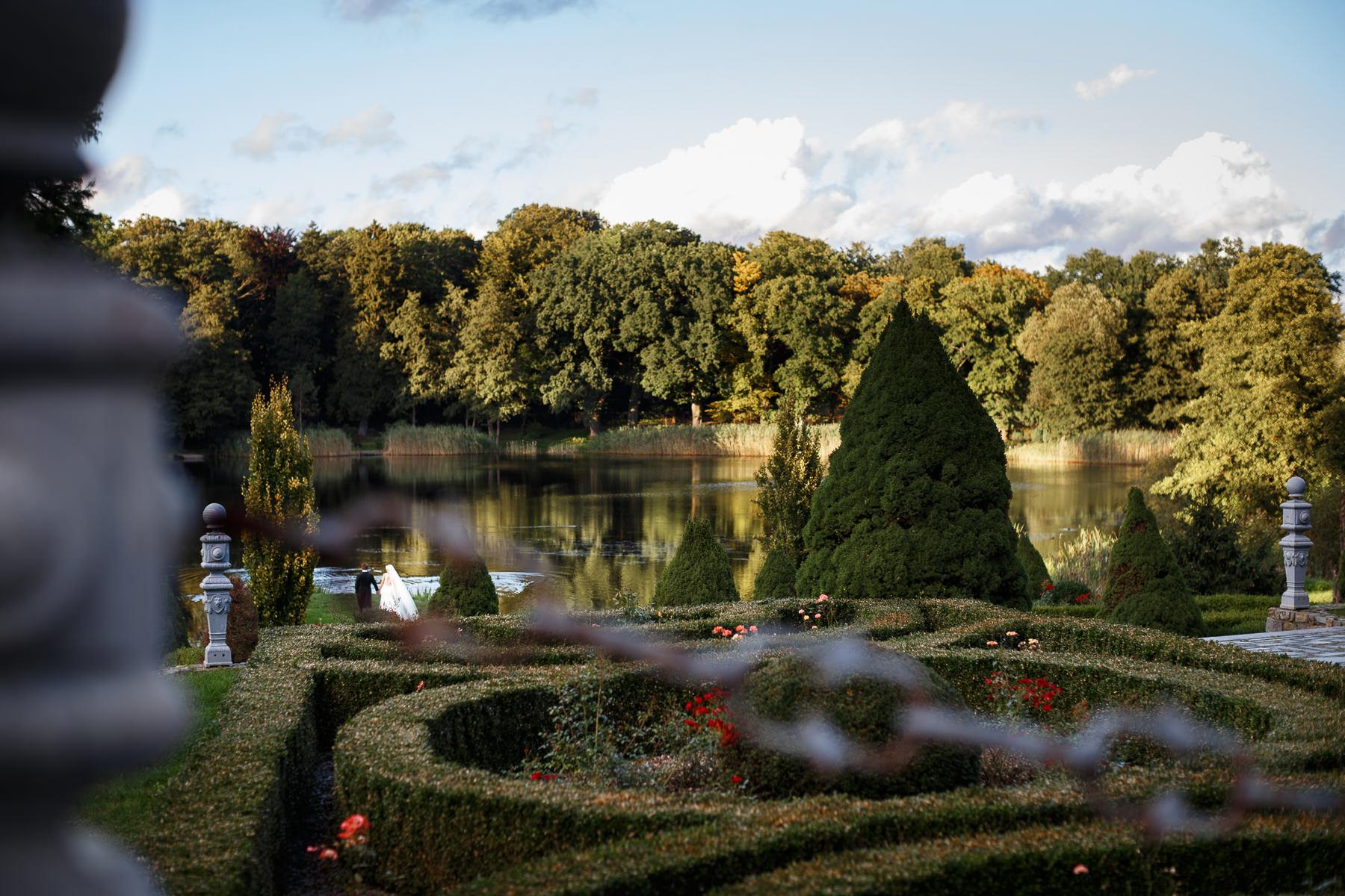 Ślub w ogrodzie pałacu w Strzekęcinie
