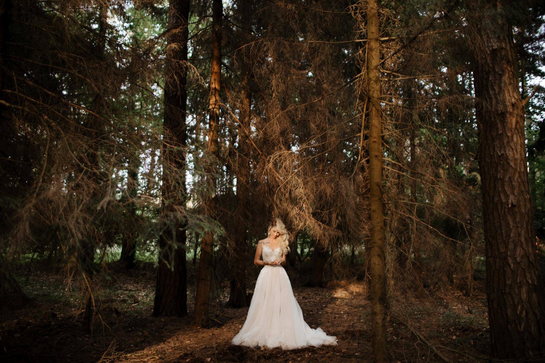 panna młoda w lesie