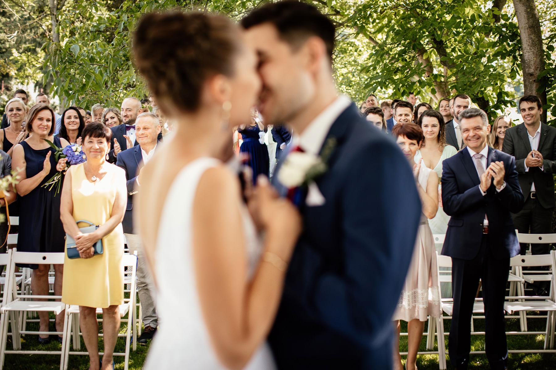 biała wstążka ceremonia ślubu w plenerze
