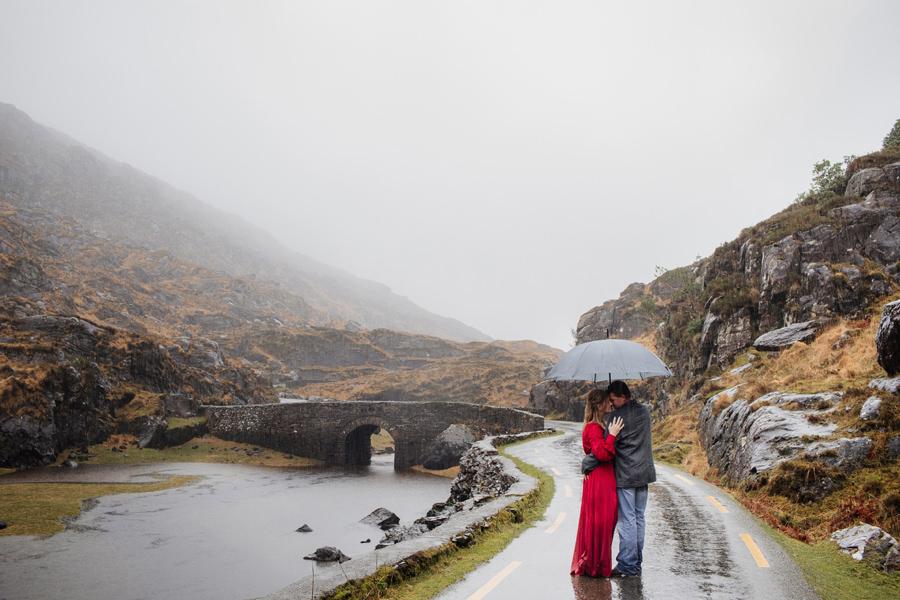 deszczowa sesja ślubna