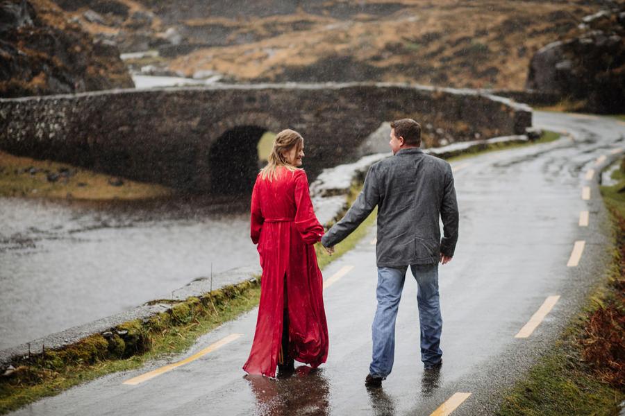 deszczowa sesja ślubna w irlandii