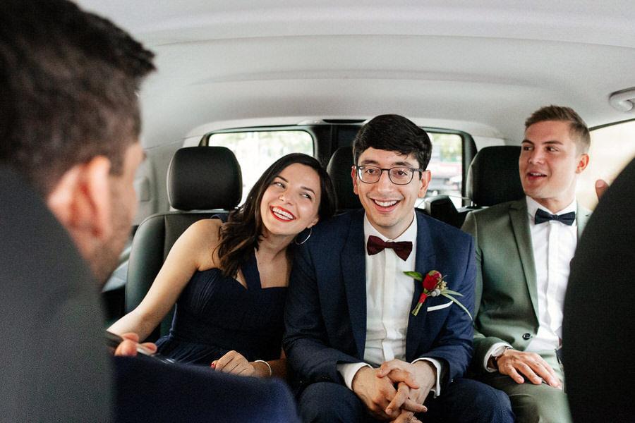 przejazd taksówką do ślubu w Berlinie Pan młody z przyjaciółmi