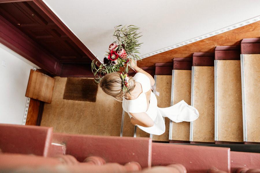 Panna młoda na schodach - ślub w Berlinie