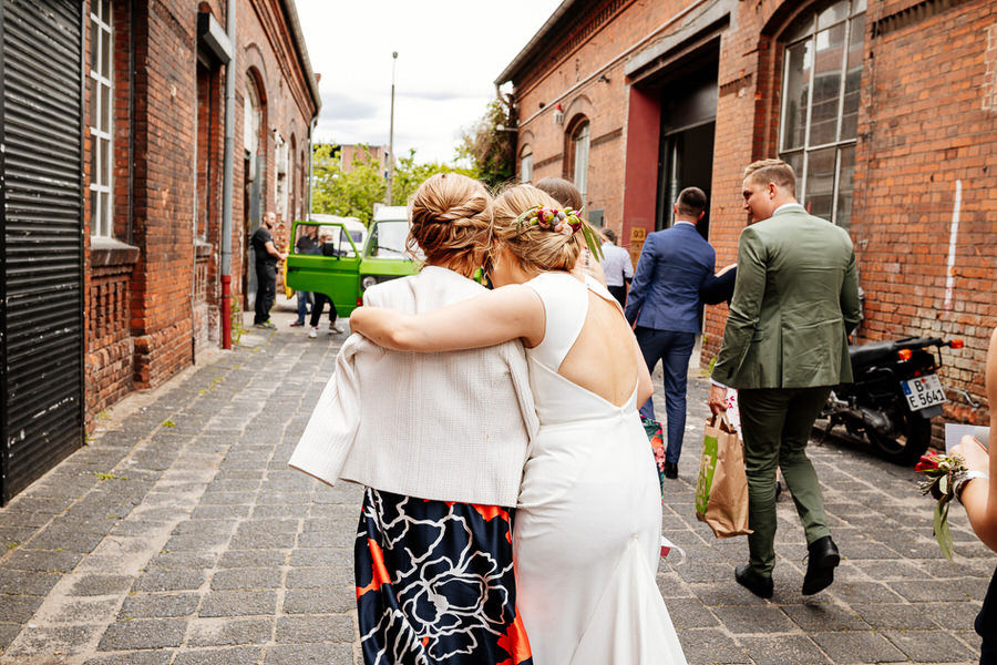 Miejskie wesele na luzie w Berlinie - Panna młoda z mamą