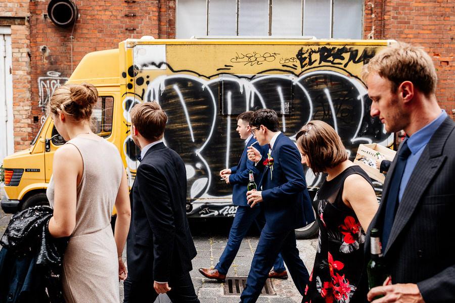 Miejskie wesele na luzie w Berlinie