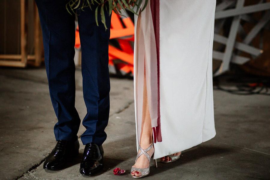 Detale ślubne sukienka, buty, garnitur - ślub industrialny
