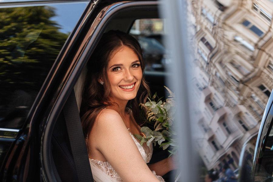 panna młoda w samochodzie reportaż ślubny