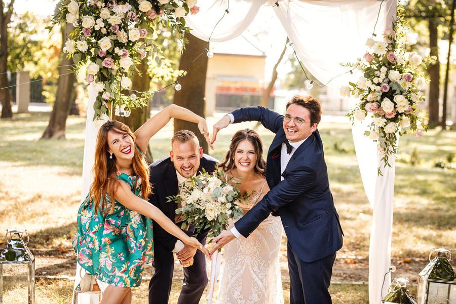 zdjęcia z gośćmi na weselu
