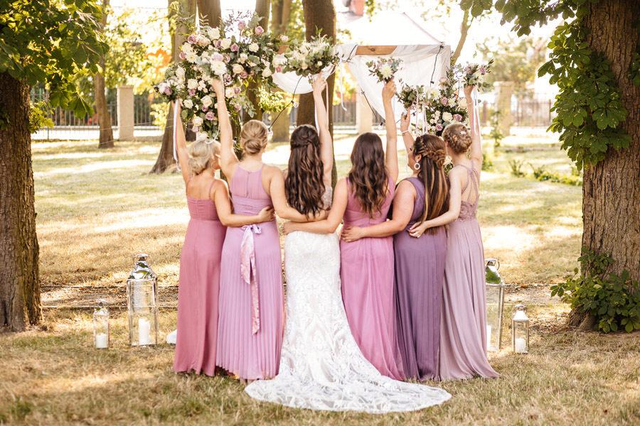 druhny w różowych odcieniach, elegancki ślub w pałacu