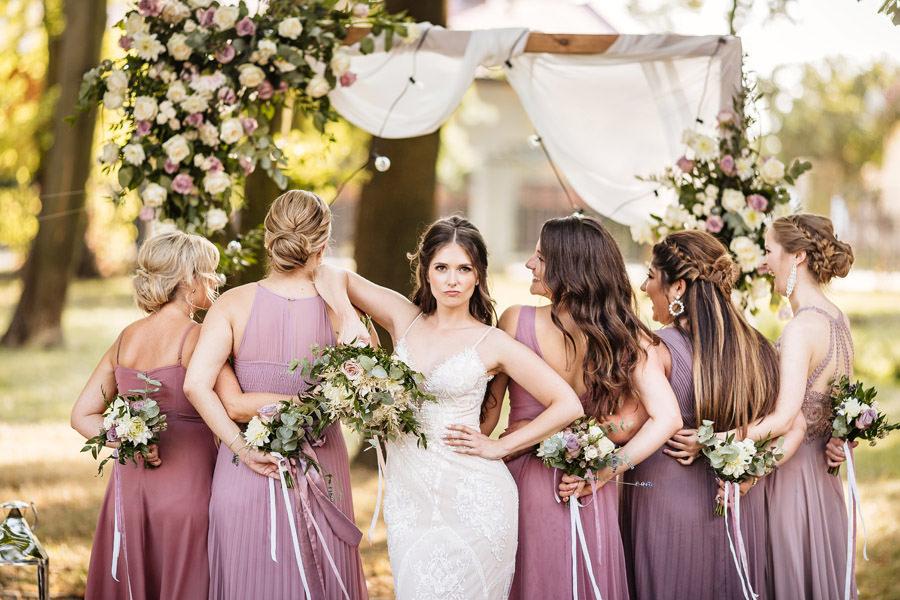 elegancki ślub w pałacu panna młoda i różowe druhny