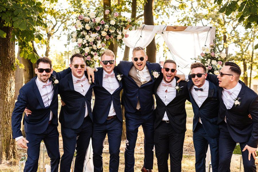 pan młody ślub plenerowy, drużbowie w garniturach