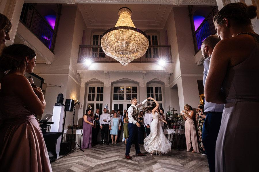 magiczny pierwszy taniec reportaż ślubny pałac rajkowo